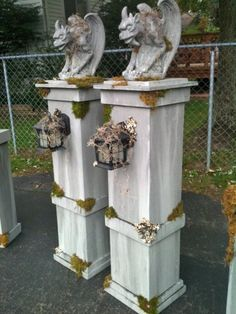 Halloween cemetery column props with gargoyles and lanterns.photos showing some of the steps to create the columns halloween manualidades Halloween Prop, Halloween Outside, Halloween Tombstones, Halloween Graveyard, Halloween Yard Decorations, Halloween 2016, Outdoor Halloween, Couple Halloween Costumes, Holidays Halloween