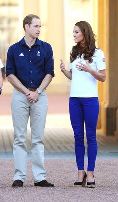 """Kate Middleton enciende la llama... olímpica ...hete aquí que veo a Kate Middleton y me parece como """"demasié"""". ¿Me estará fallando el modernismo? ¿Será el azul chillón Klein? ¿O serán esas hechuras apretadas en las carnes prietas de la princesa?"""
