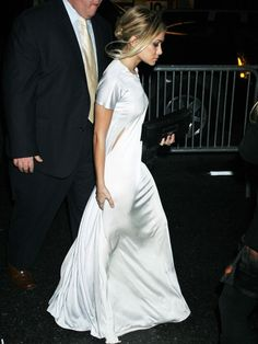 Olsen Obsession - White dress with T-shirt sleeves Ashley Olsen Style, Olsen Twins Style, White Silk Dress, Silver Dress, Dress Outfits, Dress Up, Dress Shoes, Shoes Heels, Cooler Look