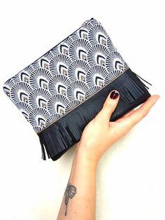 Pochette mini JULIA faite main en bi matière. Simili cuir et jacquard motifs plumes de Paon couleur noir et or. Breloque perle et brillants de la boutique LNHKcreations sur Etsy