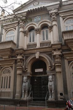 This is the oldest surviving Parsi (Zoroastrian) Fire Temple in Mumbai. It was consecrated in 1733.
