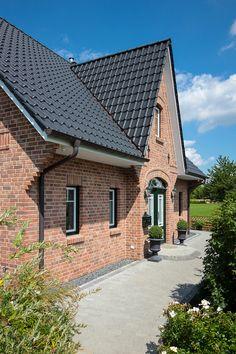 Landhaus von Sylt inspiriert mit Friesengiebel und verzierter Fassade von ECO System HAUS