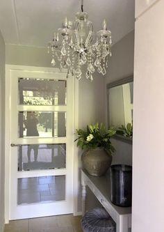 Kroonluchter hal sidetable deur met glas Entry Hall, Bedroom Lighting, Oversized Mirror, New Homes, Chandelier, House Design, Lights, Furniture, Home Decor