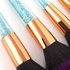 NOUVEL ENSEMBLE DE 7 PINCEAUX DE MAQUILLAGE DE HAUTE QUALITÉ AVEC POIGNÉE BLEUE CRYSTAL Imaginez le plaisir immense que vous allez ressentir quand vous vous maquillerez avec cet ensemble de pinceaux doux et somptueux, beaux comme des diamants.  Avec des poils en nylon de grande qualité, colorés et à la mode, très agréables pour votre peaux. Soft Purple, Purple And Black, Unicorn Brush, Makeup Brushes, Brush Set, Immense, Beauty Make Up, Blue Crystals, Comme