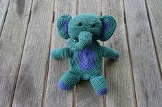 Hæklet elefant som stimulerer barnets sanser ved både at knitre og rasle. Han kan laves i alverdens farver alt efter ønsker - kun fantasien sætter grænser