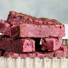 These chocolate raspberry energy bars are the perfect healthy snack handy nutritious satisfying and utterly delicious. Raw Vegan Cheesecake, Coffee Cheesecake, Raspberry Cheesecake, Cheesecake Bites, Delicious Vegan Recipes, Healthy Dessert Recipes, Raw Food Recipes, Healthy Sweets, Healthy Baking