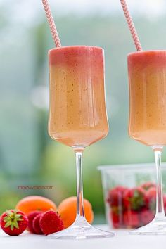 Apricot and Strawberry Smoothie Smoothie Recipes, Smoothies, Shake, Strawberry Smoothie, Alcoholic Drinks, Beverages, Hurricane Glass, Cooking Recipes, Fruit