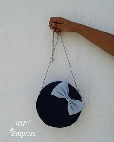 How to make a DIY round cross body bag using old denims Diy Handbag, Diy Purse, Diy Bags Jeans, Circle Purse, Marc Jacobs Handbag, Round Bag, Denim Bag, Handmade Bags, Cross Body