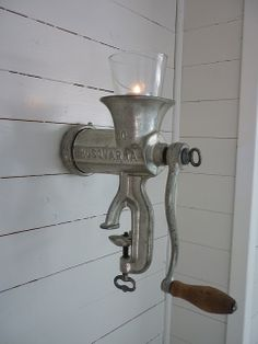 Ich liebe diese Idee ein altes Fleischwolf und gebe eine Kerze auf dem oberen T. I love this idea of ​​an old meat grinder and put a candle on the top part. I love this idea of ​​an old meat grinder and put a candle on the top part. Decoration Shabby, Rustic Decor, Farmhouse Decor, Garden Decorations, Farmhouse Candles, Antique Farmhouse, Vintage Decor, Farmhouse Style, Antique House