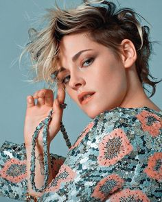 Inside my heart is breaking My make-up may be flaking, but my smile still stays on. Kristen Stewart Chanel, Kristen Stewart Hair, Kirsten Stewart, Androgynous Hair, Photoshoot Pics, Actrices Hollywood, Badass Style, Pixie Hairstyles, Haircuts