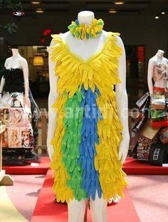 Aquí te va la segunda parte de vestidos fabricados con material reciclado del más variado. Échales un vistazo y disfruta de las imágenes. ...