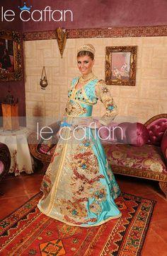 Impossible de commencer une nouvelle saison sans enrichir notre dressing de Caftan mode Marocain qui fera notre bonheur ! Offrez-vous le style et l'élégance d'un Caftan Marocain Moderne 2015 Doré avec...