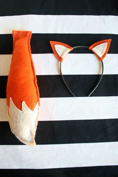 Fox ears headband and fox tail (from a fox birthday party post) - cute for any kids that come! - maybe we could do a mini-photo thing? Diy Costumes, Halloween Costumes, Kids Fox Costume, Halloween Hair, Animal Costumes Diy, Party Animal Costume, Costume Ideas, Diy Disfraces, Children Costumes