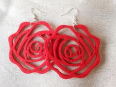 Orecchini pendenti fatti a mano con feltro rosso a forma di rosa,idea regalo S Valentino., by Le gioie di  Pippilella, 7,00 € su misshobby.com