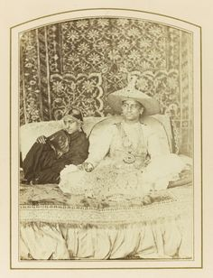 Husband and Wife from a Hindu Aristocratic or Royal Family - Arni, South India India Before Independence, Vintage Postcards, Vintage Ads, Vintage Photographs, Vintage Photos, Monsoon Wedding, Old Photography, Portrait Photography, Indian Princess