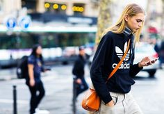 Model Molly Bair wearing a black sweater and a Loewe bag during Paris Fashion Week Spring Summer 2016 Daily Street Style, Street Style Blog, Star Fashion, Fashion Outfits, Net Fashion, Paris Fashion, Loewe Bag, Models Off Duty, Cool Street Fashion