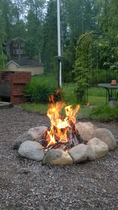 60 Easy DIY Fire Pit Plans & Ideas to Make Happy with Your Family A fire pit makes for a wonderful gathering place with family and friends, and installing one is a simple DIY project. A DIY fire pit . Outside Fire Pits, Cool Fire Pits, Diy Fire Pit, Fire Pit Backyard, Stone Fire Pits, Camping Fire Pit, Fire Pit Plans, Fire Pit With Rocks, Fire Pit Area