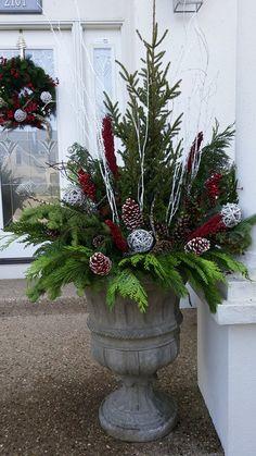 Outdoor Christmas Planters, Christmas Urns, Outside Christmas Decorations, Christmas Greenery, Christmas Centerpieces, Christmas Wreaths, Christmas Floral Arrangements, Deco Floral, Winter Planter