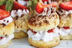 menu inspiration from WP Catering: Strawberry Shortcakes! With homemade whipped cream, fresh strawberries, and dusted cocoa. Yummy Treats, Sweet Treats, Yummy Food, Wedding Food Catering, Drinks Wedding, Wedding Foods, Wedding Menu, Garden Wedding, Mini Strawberry Shortcake