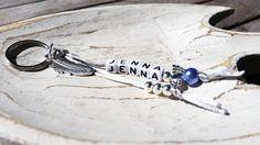 Individueller Schlüsselanhänger mit 1 Namen, Schutzengel und Feder (grau/blau)