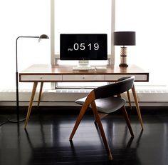 La composizione è di Ernesthon. Una scrivania dal gusto vintage e dal design che ricorda lo stile degli interni della metà del secolo scorso, tra la fine degli anni '40 e gli anni '60. Il piano del tavolo è in legno di noce mentre la sedia in teak.