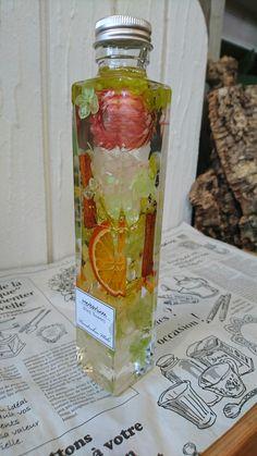 ¥3240(送料・税込) シナモン・オレンジ入り。美味しそうなハーバリウム。 Voss Bottle, Water Bottle, Flowers In Jars, Drinking, Diy And Crafts, Essential Oils, Bubbles, Plant, Display