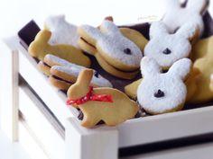 💝BISCOTTI DI PASQUA FARCITI CON CIOCCOLATO💝, semplici dolcetti da preparare durante questo periodo ed è anche un modo per far partecipare e divertire i più piccoli👦👧. Inoltre, è una di quelle preparazioni ideali per smaltire il cioccolato delle uova di Pasqua. Tuttavia, è possibile utilizzare, a seconda delle preferenze, anche la classica crema spalmabile. Oppure, aggiungere al cioccolato della panna ed ottenere una golosa ganache perfetta per farcire i nostri biscottini😋. Gingerbread Cookies, Desserts, Food, Cream, Gingerbread Cupcakes, Tailgate Desserts, Deserts, Essen, Postres
