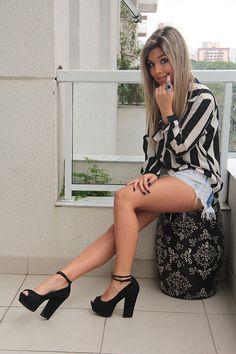 Mariana Sampaio. Short: Espaço Fashion | Camisa: Fernanda Shammas | Cinto: Canal | Sandálias: Zara | Pulseiras: Fock e Kafe