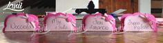 Allestimento tavolo della confettata: cartoncini che indicano il gusto dei confetti