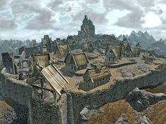 Le côté 'rocheux' convient au site du monastère. Ce sont des maisons assez basiques, d'un village qui vit en autarcie. Quelques habitations peuvent avoir plus d'allure (+ grande, archi plus élégante, construction plus évoluée) mais celle-ci proviennent d'une autre époque d'un autre âge… elles auront mal vieillies.