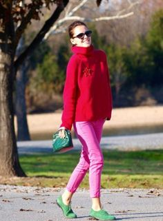 Turtleneck Sweater With Pink Pants 2017 Street Style Pink Sweater, Sweater Outfits, Silver Bridesmaid Dresses, Pullover Outfit, Street Style 2017, Colored Pants, Pink Pants, Simple Outfits, Fashion Outfits