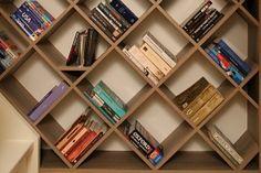 Zelf een diagonale boekenkast maken? http://www.eigenhuisentuin.nl/verbouwen/klusindex/klustip/maak-deze-aparte-boekenkast/#.UXHcV5nCQdU