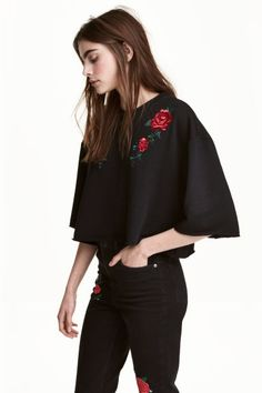 Embroidered sweatshirt: Short top in soft, light sweatshirt fabric with embroidery on the front, cut-off short sleeves and cut-off hem with raw edges.
