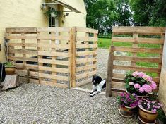 a Pallet Fence that will cost you nothing Repurpose {Pallets} into a {Pretty Fence} for your driveway!Repurpose {Pallets} into a {Pretty Fence} for your driveway! Wood Pallet Fence, Pallet House, Diy Fence, Backyard Fences, Backyard Ideas, Fence Garden, Patio Ideas, Pallet Gate, Garden Pallet