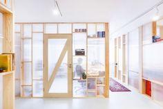 木製フレームと半透明のポリカーボネード波板で区切られたワークスペースを外から