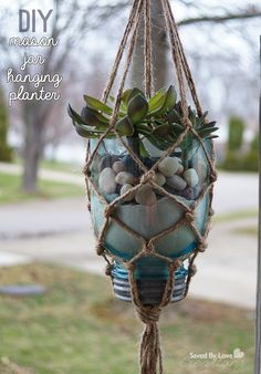 Easy Macrame Mason Jar Hanging Planter DIY Planters shelf This DIY Hanging Planter Will Spice Up Your Outdoor Area Diy Planters, Hanging Planters, Diy Hanging Planter Macrame, Hanging Terrarium, Mason Jar Crafts, Mason Jar Diy, Rope Plant Hanger, Plant Hangers, Hanging Mason Jars