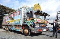 11月28日に亡くなった菅原文太さんが人気映画「トラック野郎」シリーズで乗った「デコトラ」(デコレーショントラック)を復活させようと、滋賀県草津市の自動車整備業者らが、実際に映画で使われた車両の修理を進めている