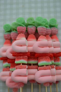 LOS DETALLES DE BEA: Beautiful Candy kabobs!! Candy Theme Birthday Party, Birthday Treats, Candy Party, Birthday Parties, Jasmin Party, Market Day Ideas, Candy Kabobs, Candy Sushi, Sweet Trees