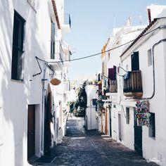 """Ein volles Kontrastprogramm zum weltbekannten Partyimage von Ibiza ist Dalt Vila. Ich liebe es, dort """"hinaufzuklettern"""" und einfach durch die kleinen Gassen zu bummeln. Und eben diese k…"""