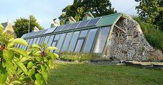 Une famille normande a réussi à construire une maison à la fois autonome en énergie et écologique. Elle dispose de tout le confort d'une maison classique mais elle n'est reliée à aucun réseau d'ali…