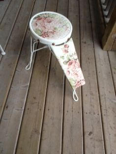 Great for wedding for removal of garter. Painted old white Annie Sloan chalk paint™ and Annie Sloan faded roses material. Annie Sloan Old White, Garter, Stool, Roses, Wedding, Painting, Vintage, Decor, Casamento
