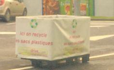 Dommage la photo est floue, mais le recyclage des sachets, lui, est très clairement mis en avant chez Chronodrive.   #jetestechronodrive