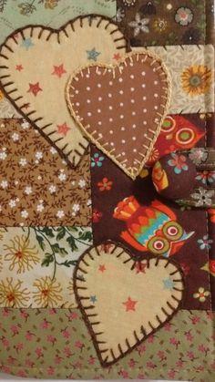 Capa para livro em patchwork confeccionada com tecidos 100% algodão e estruturada com manta R1. Os desenhos e cores podem variar. Possui marcador de página. NÃO POSSUI ALÇA.