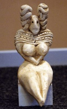 Mehrgarh:The roots of Shaktism: a Harappan goddess figurine. Date: 3000 BCE - 5500 BCE Location: Mehrgarh, Harappa Female figurines were found in almost all households indicating the presence of cults of goddess worship. Ancient Aliens, Ancient History, Art History, Ancient Goddesses, Gods And Goddesses, Objets Antiques, Indus Valley Civilization, Art Antique, Mother Goddess
