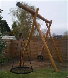 Her ses højt gyngestativ lavet i robinie natur pæle - ren kernetræ. Dim. ben D12-15xL400cm - gyngeoverligger D15-18xL450cm - klik på billeder hvis du vil se målskitse af gynge