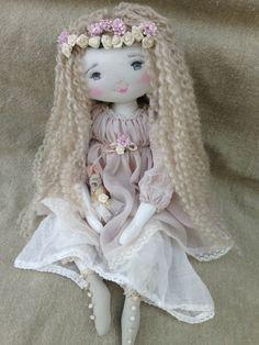 Rose..petite princesse dont la couronne est faite de fleurs...(35cm) - Le Jardin des Farfalous