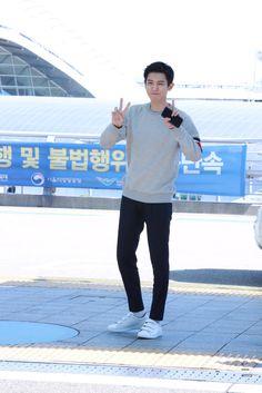- airport heading to London Park Chanyeol Exo, Exo Chen, Kyungsoo, Exo News, Exo Members, Incheon, Chanbaek, Boy Groups, Rapper