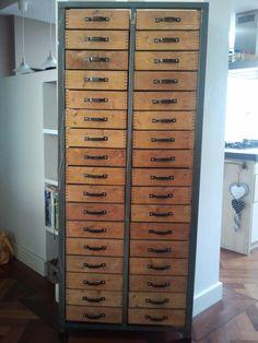 Mooie industriële laden(archief)kast met houten lades