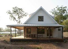 Casa Americana rural con porche de madera