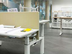 http://spacio.es/mobiliariodeoficina/mesasdeoficina/mesa-mobility/  Mesas de oficina Mobility elevable con sistema de cableado.